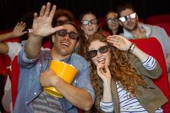 Jeunes amis observant un film 3d Images libres de droits