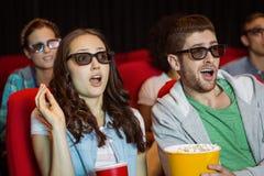 Jeunes amis observant un film 3d Photo stock