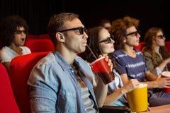 Jeunes amis observant un film 3d Photographie stock libre de droits