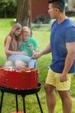 Jeunes amis pendant le barbecue Image libre de droits