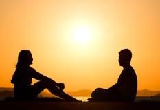 Jeunes amis pendant le coucher du soleil Photos stock