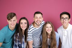 Jeunes amis prenant le selfie Images stock