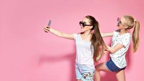 Jeunes amis prenant le selfie Images libres de droits
