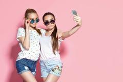 Jeunes amis prenant le selfie Photos libres de droits