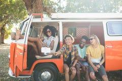 Jeunes amis prenant le selfie par le monopod au terrain de camping Images libres de droits