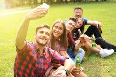 Jeunes amis prenant le selfie pendant le pique-nique de barbecue Photos libres de droits