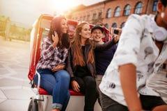 Jeunes amis prenant le selfie sur le tour de tricycle Images libres de droits