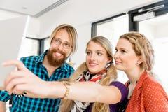 Jeunes amis prenant Selfie dans le bureau Image libre de droits