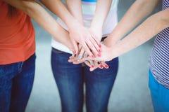 Jeunes amis remontant leurs mains Photos libres de droits