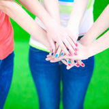 Jeunes amis remontant leurs mains Photos stock