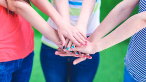 Jeunes amis remontant leurs mains Images stock