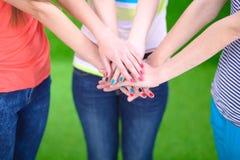Jeunes amis remontant leurs mains Image libre de droits