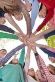Jeunes amis restant ensemble extérieurs en parc Photographie stock libre de droits