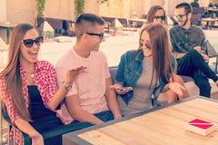 Jeunes amis riant et ayant l'amusement Photographie stock