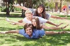 Jeunes amis riants ayant l'amusement Photographie stock libre de droits
