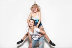 Jeunes amis riants gais Image libre de droits