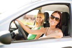 Jeunes amis s'asseyant dans la voiture Image libre de droits