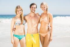 Jeunes amis se tenant sur la plage Photographie stock libre de droits