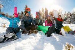 Jeunes amis sur la montagne appréciant le jour d'hiver Photo libre de droits
