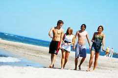Jeunes amis sur la plage d'été Photos libres de droits