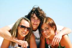 Jeunes amis sur la plage d'été Image stock