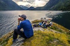 Jeunes amis sur le pique-nique sur l'île de la Norvège Image stock