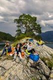 Jeunes amis sur le pique-nique sur l'île de la Norvège Photos stock