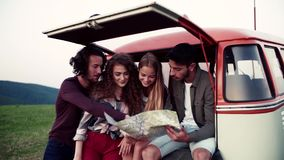 Jeunes amis sur une promenade en voiture par la campagne, regardant une carte clips vidéos