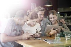 Jeunes amis surfant sur l'Internet Photographie stock libre de droits