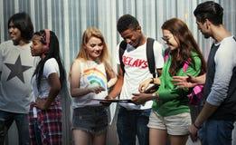 Jeunes amis traînant ensemble Image libre de droits