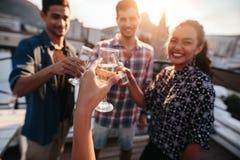 Jeunes amis traînant et appréciant avec des boissons Images libres de droits