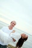 Jeunes amoureux ayant l'amusement sur la plage Image stock