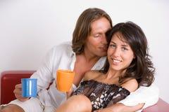 Jeunes amoureux sur le sofa Image stock