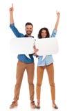 Jeunes amours occasionnels heureux de couples à communiquer Images stock