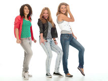 Jeunes années de l'adolescence posant sur le blanc. images stock