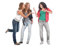 Jeunes années de l'adolescence posant sur le blanc. photo stock