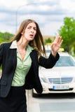 Jeunes appels de femme d'affaires pour un taxi Photo libre de droits