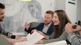 Jeunes architectes d'équipe créative heureuse de petite entreprise se réunissant dans le bureau de démarrage discutant activement banque de vidéos