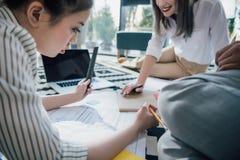 Jeunes architectes professionnels travaillant avec le modèle dans le bureau photos libres de droits