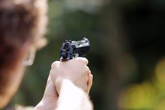 Jeunes armes à feu de tir de pratique en matière de garçon sur extérieur image libre de droits