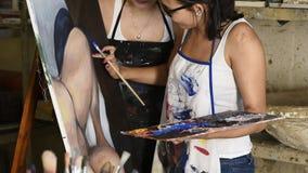 Jeunes artistes attirants travaillant dans le studio d'art clips vidéos