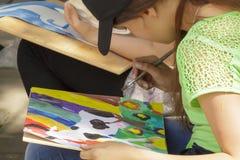 Jeunes artistes derrière le travail Photo libre de droits