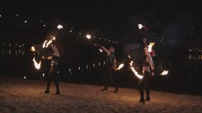 Jeunes artistes jonglant des barres pendant la danse extérieure banque de vidéos