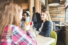 Jeunes attirants de rassemblement dans le caf? Les amis causent, ont l'amusement, cocktails de boissons et mangent images stock