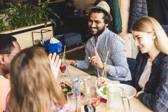 Jeunes attirants de rassemblement dans le caf? Les amis causent, ont l'amusement, cocktails de boissons et mangent photographie stock