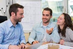 Jeunes attirants rencontrant le vrai agent immobilier au bureau Photos stock