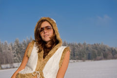 jeunes attrayants de femme de lunettes de soleil photographie stock