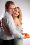 jeunes attrayants de paires d'amour de cadeau Image stock