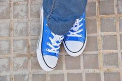 Jeunes avec les espadrilles bleues Photos stock