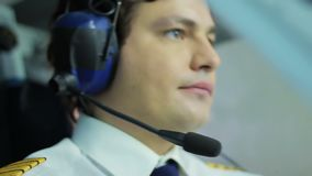 Jeunes avion de direction et boutons pilotes de poussée sur le panneau de vol, profession banque de vidéos